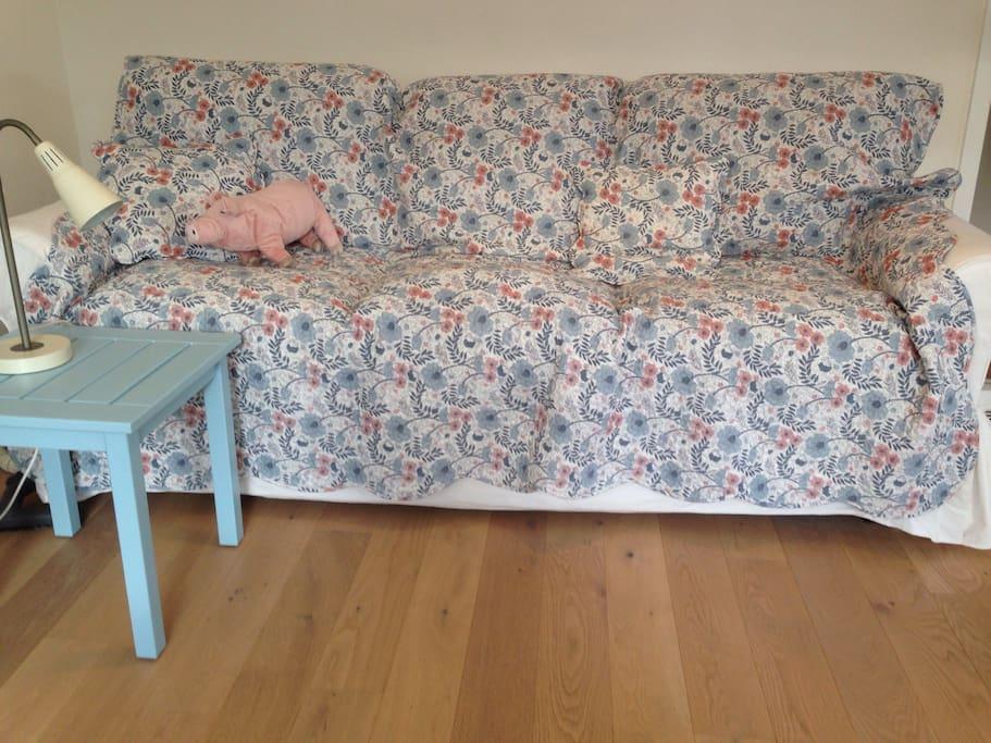 Ausklappbares Sofa, jedoch nur für Kinder geeignet.