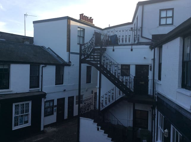 Large single room in Hampstead mews