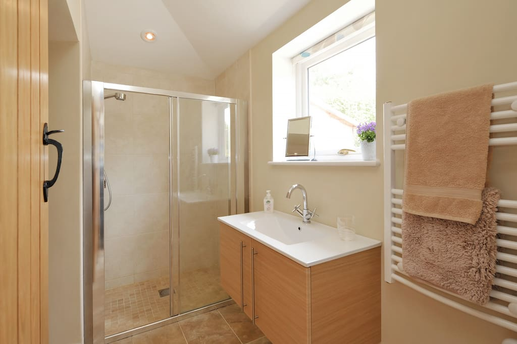Top spec. bathroom with underfloor heating and heated towel rail.