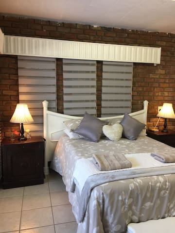 Deluxe room with DSTV, Wifi and Kitchen & braai