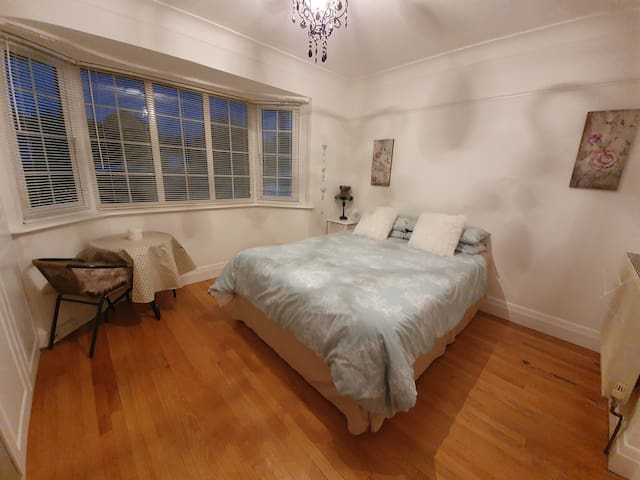 Large double bedroom, det bungalow in quiet road