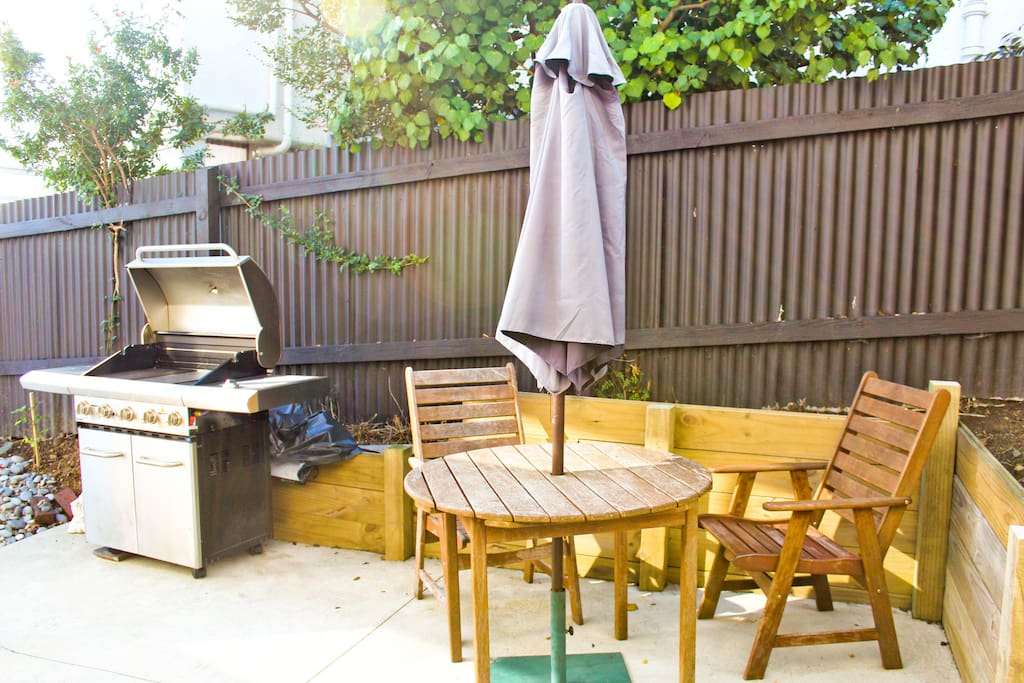 Barbecue & Courtyard......great area to enjoy your meals in Sunny Nelson