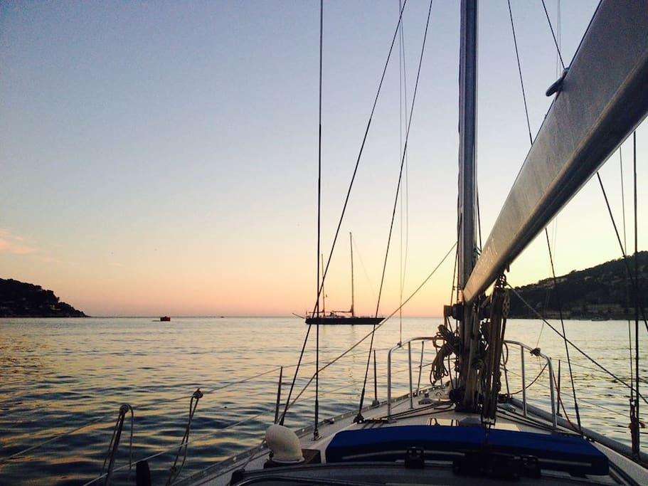 La baia di VIllefrachè-su-mer al tramonto