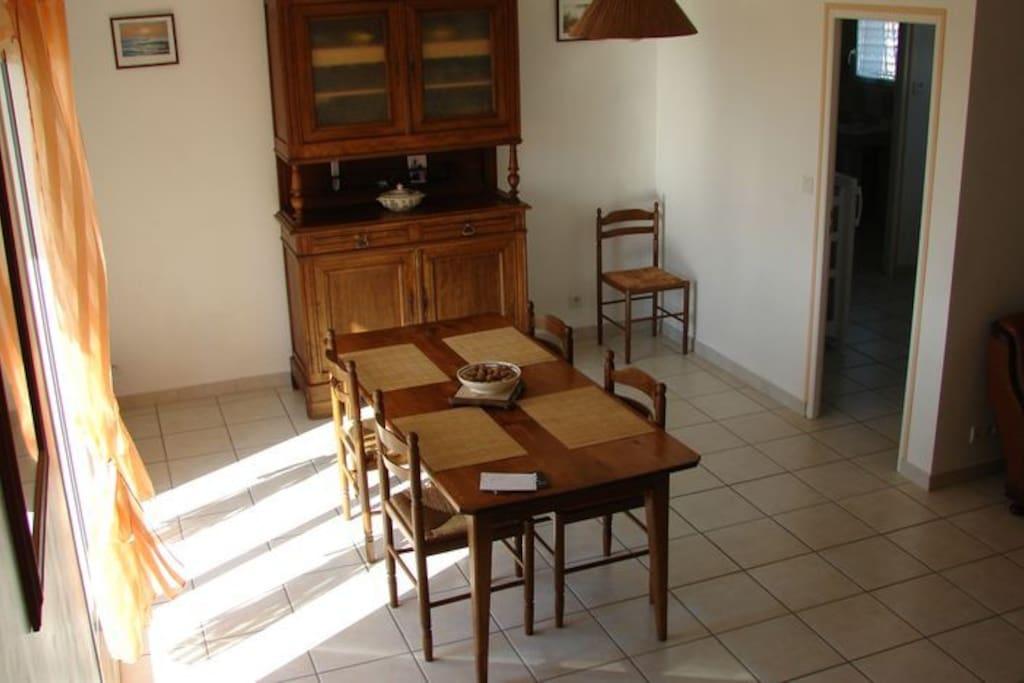 la salle à manger,la porte qui va dans la cuisine