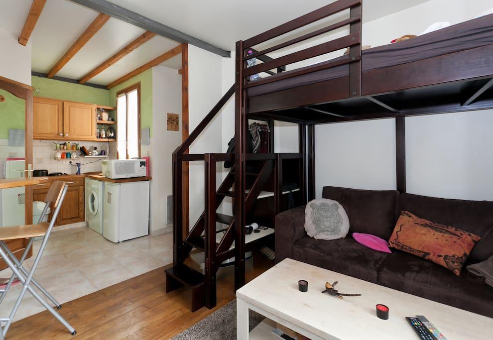 Canapé confortable, en dessous d'un lit mezzanine 1 place et demi tout aussi comfortable