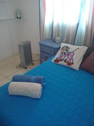 GRAN habitación con Cama matrimonial Buros de noche, cojines y almohadas , toallas y Calentador de aceite y una gran ventana con luz Natural