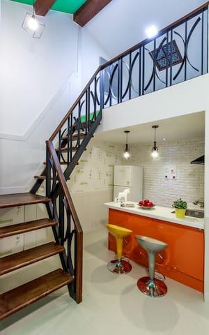 2층룸으로 올라가는 계단