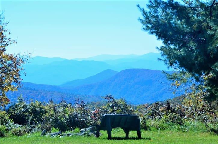 B&B Cascading Mountain VIEWS, 2-Bdrm 2 to 5 guests