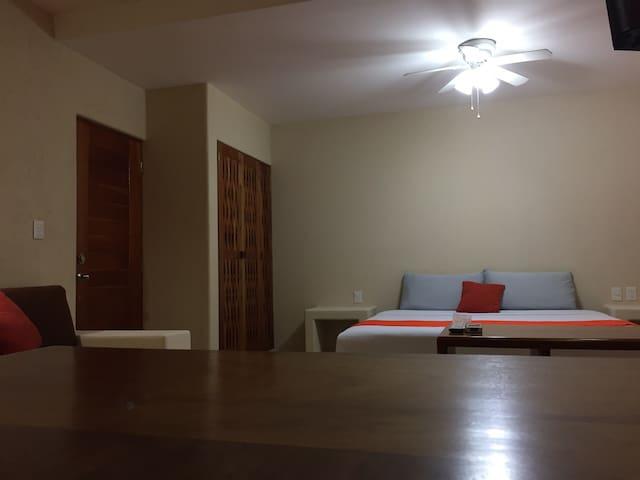 Cama King Size, closet, sofá cama, Ventilador y Aire Acondicionado