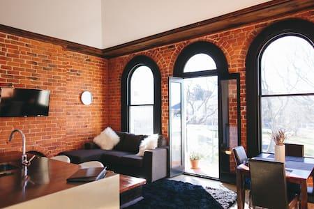The Terminus: Inner-City Heritage Apartment 7