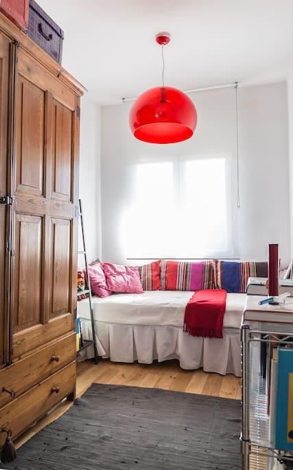 Habitación individual para una persona con armario amplio. Habitación muy luminosa. Wi fi. Espejo. Perchas en el armario. Sábanas y toallas
