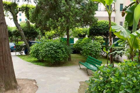 Un angolo del giardino condominiale.