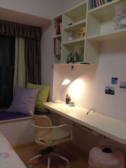 需要办公?学习?写作?在网上冲浪?在你的房间里的这张桌子,一定会满足你的需要。