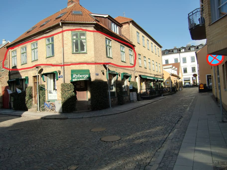 The flat is on a cobblestone street just off the main pedestrian shopping street (Lilla Fiskaregatan). The city park, Stadsparken, is located three blocks away.