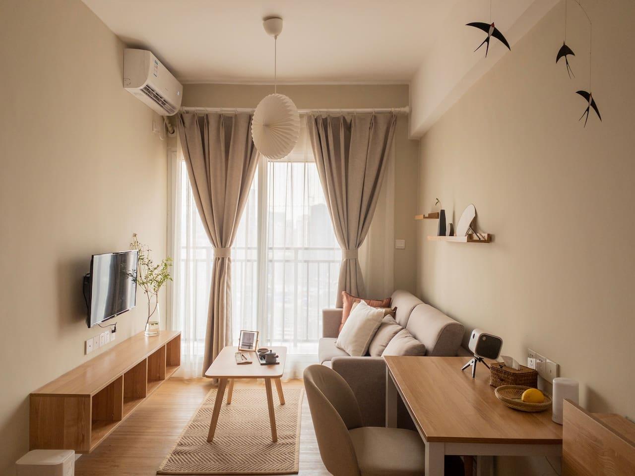 设计灵感来源于MUJI酒店,精选实木家具与设计师品牌灯具,打造一个兼具舒适感和美貌度的宜居空间。