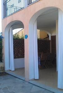 Appartamento indipendente con giardino e veranda - บูโดนิ - อพาร์ทเมนท์