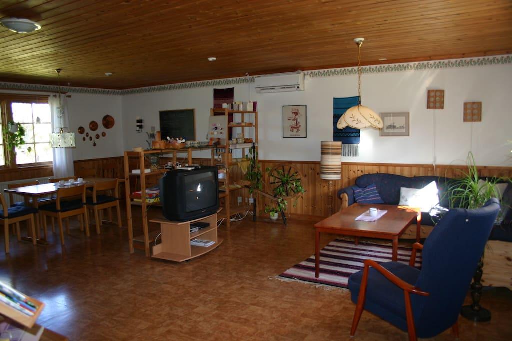 Allrum med soffgrupp, TV och matbord