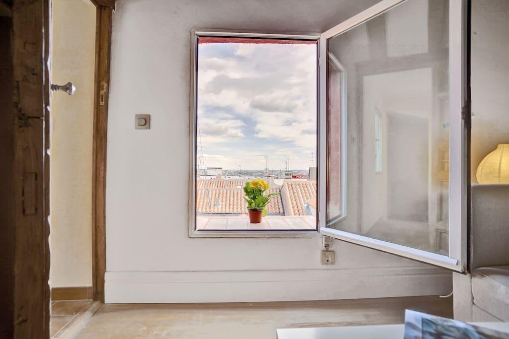 Amplias vistas al sur de Madrid a través de la ventana principal.