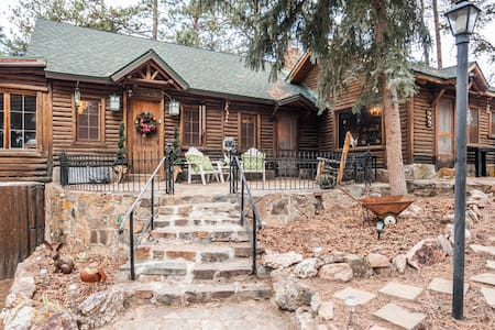 ★Log Haven Lodge★Red Rocks★Game Room★City Access★