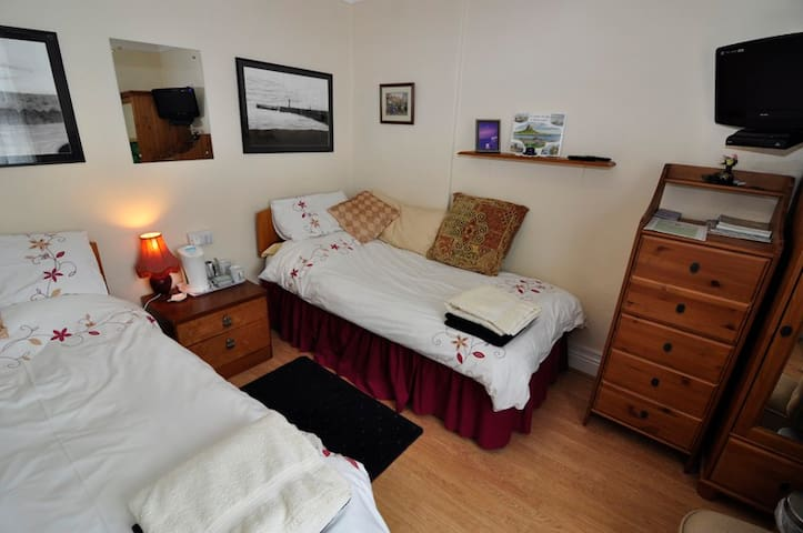 Twin Bedroom with Shared Bathroom - Sleights, Whitby - Bed & Breakfast