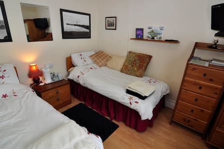 Twin Bedroom with Shared Bathroom - Sleights, Whitby - Pousada