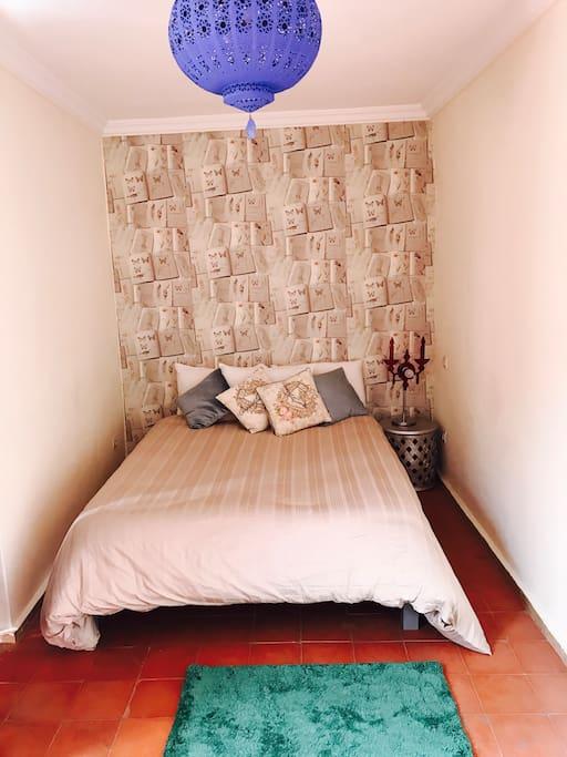 Très calme et coloré avec un style typiquement marrakchi les sols & la salle de bain et une petite touche moderne.