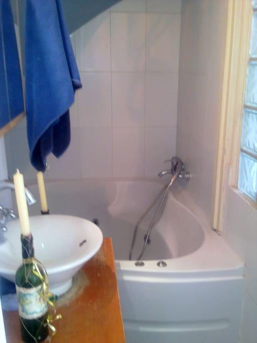 Bathroom w Jacuzzi