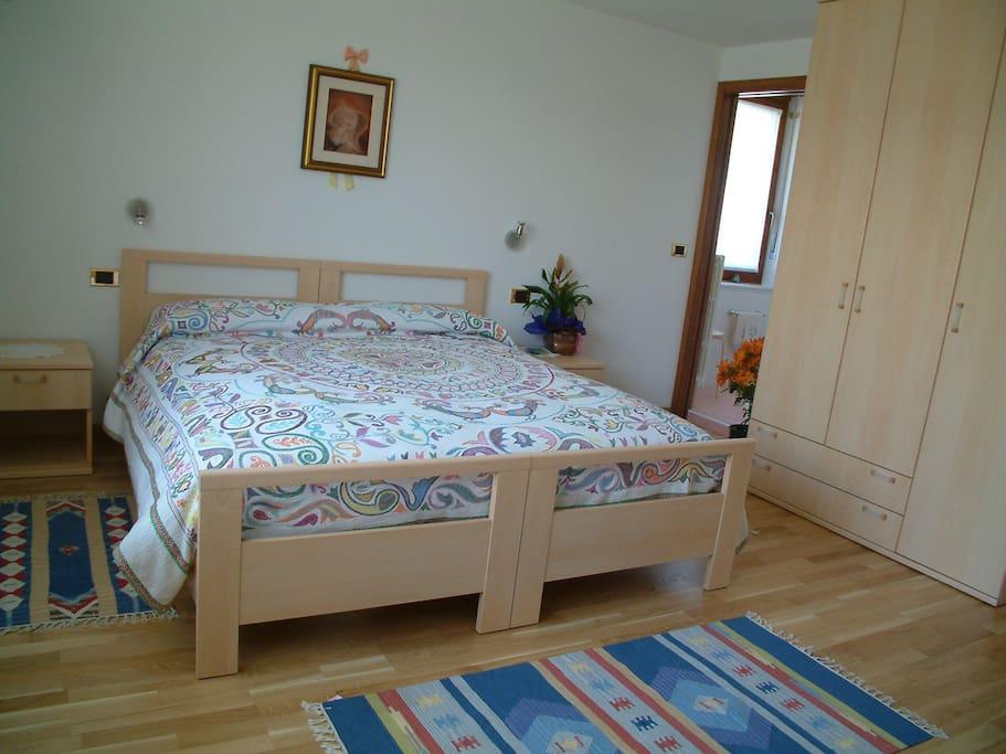 Camera rose: letto matrimoniale con possibilità di aggiunta di uno o due letti