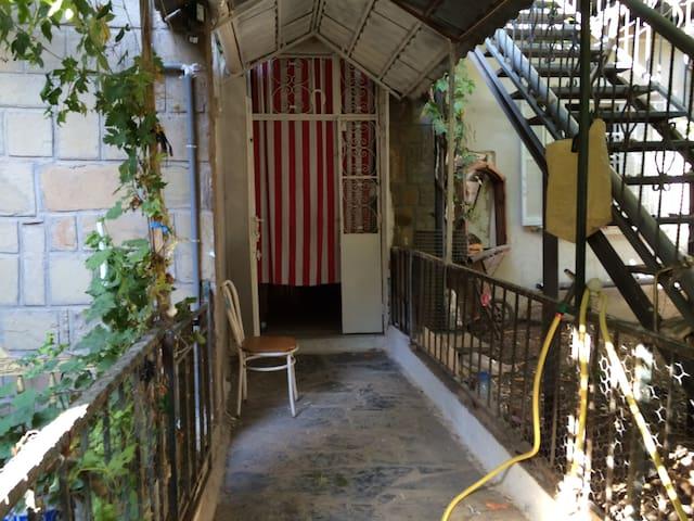 Chambre privée calme,bien située,proche du centre