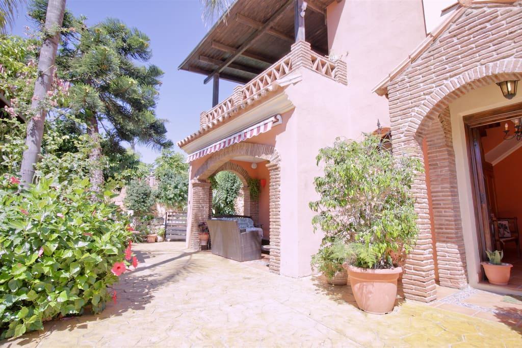 Die Villa verfügt über einen großen Garten mit vielen Schattingen Sitzgelegenheiten, Pool und Grill