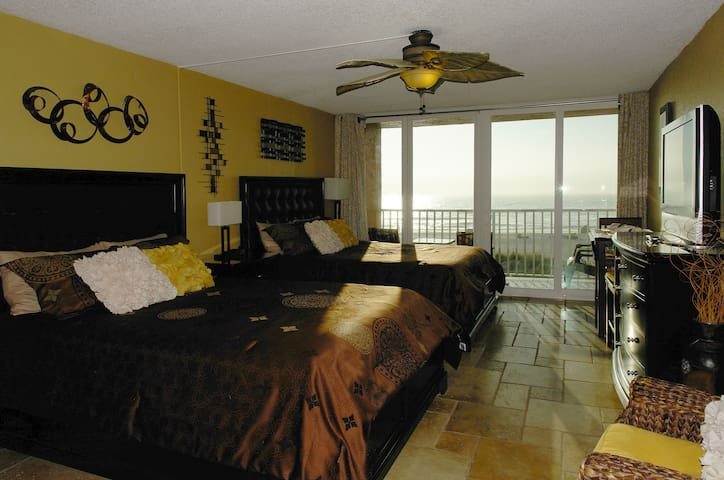 Ocean View Condo Right on the Beach - Best Sunsets - Treasure Island