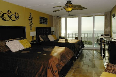 Ocean View Condo Right on the Beach - Best Sunsets - Treasure Island - Apartamento