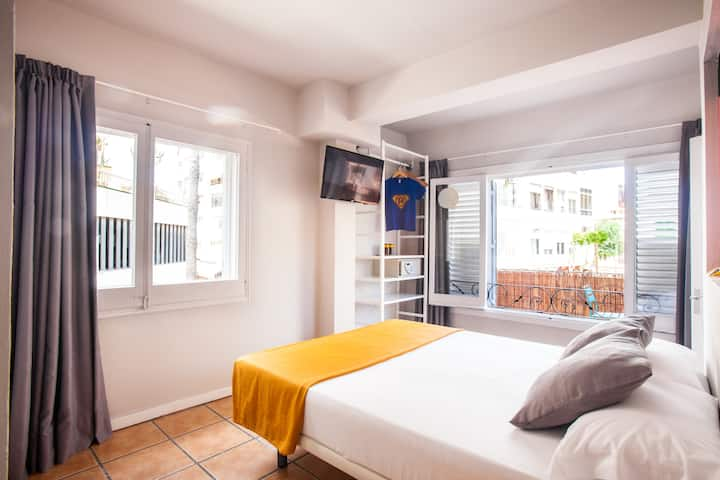 Room with 10m2 terrace with views of Parròquia de Santa Creu, private bathrom and free Wifi - Ryans Pocket Hostel