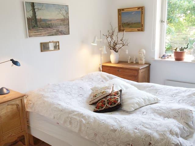Lyse værelser - egen indgang og bad, tæt på indkøb