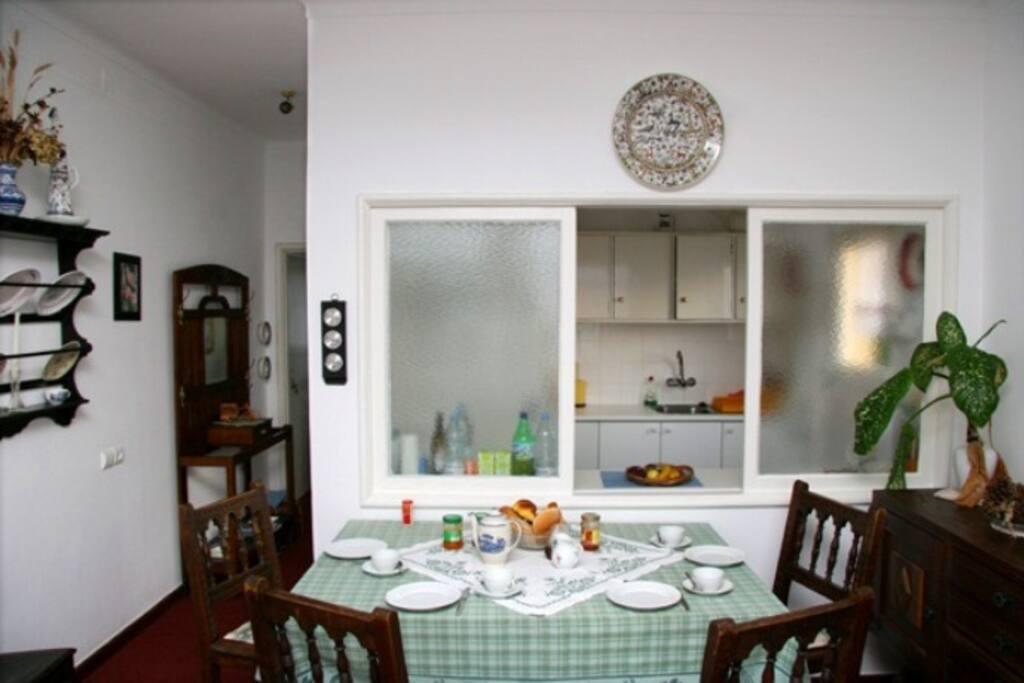 Gemütlicher Essplatz mit  Durchreiche zu Küche
