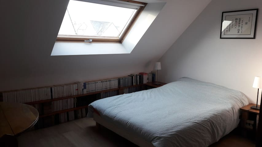 Chambre 1 avec un lit double a l'étage