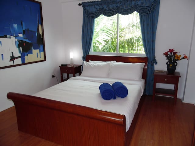 Comfortable room in a friendly home - Malay - Huis
