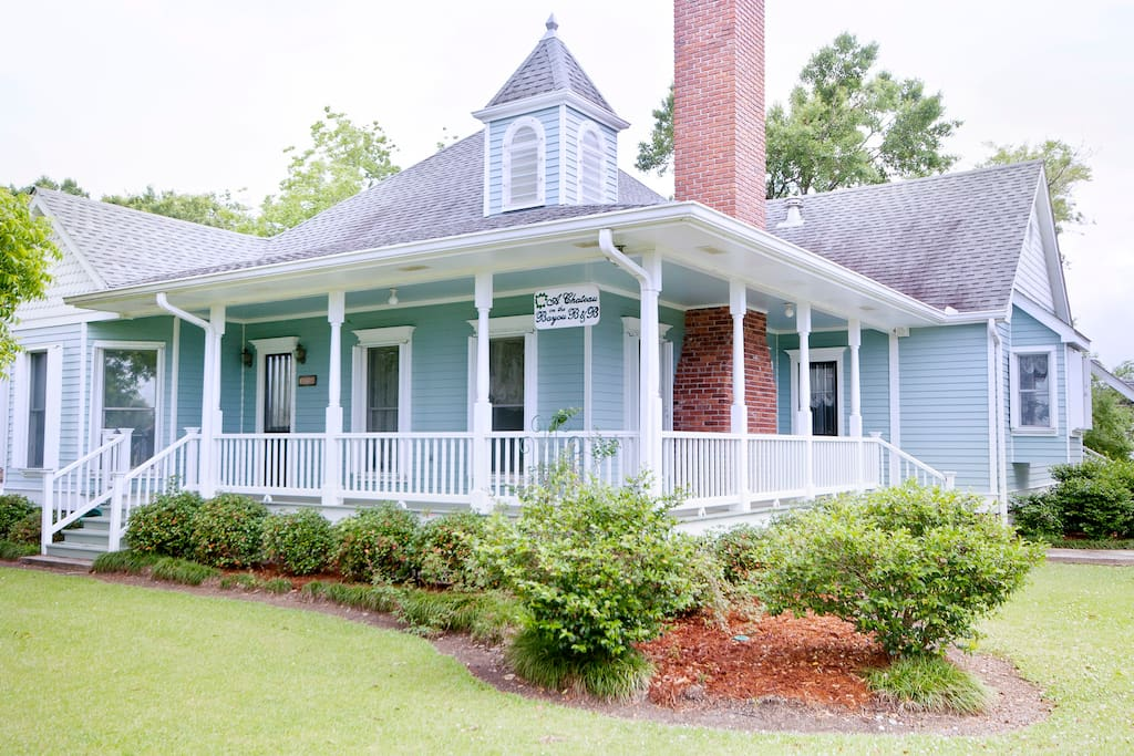 This bed and breakfast is located on Bayou Lafourche just 30 min. from the New Orleans airport, 10 minutes from Thibodaux, and 15 minutes from Houma.