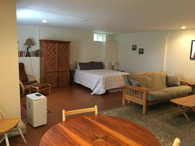 Separate Space in Ideal Location - Waterbury - Apartment