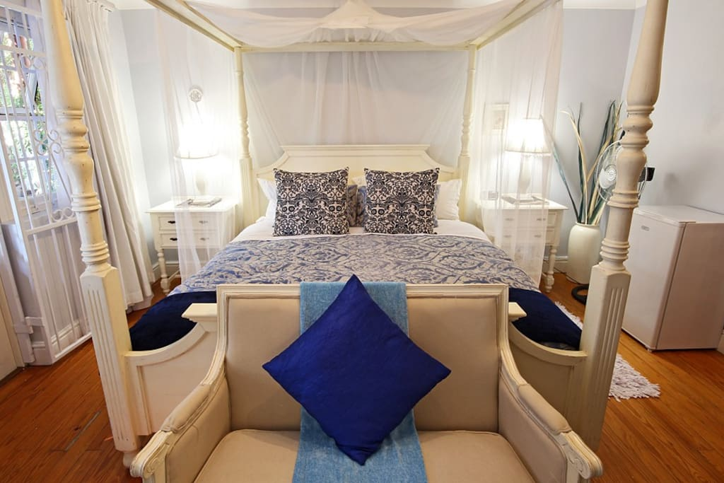 Luxuriously furnished, king size bed