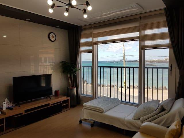 거실에서 보이는 바다풍경입니다.