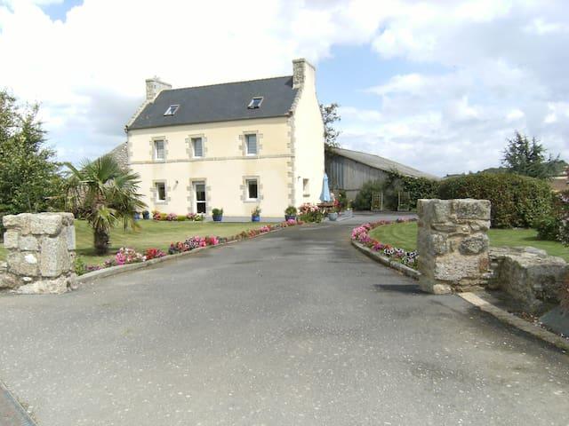 Grande maison à 2 km de la mer - Plounévez-Lochrist - Ház