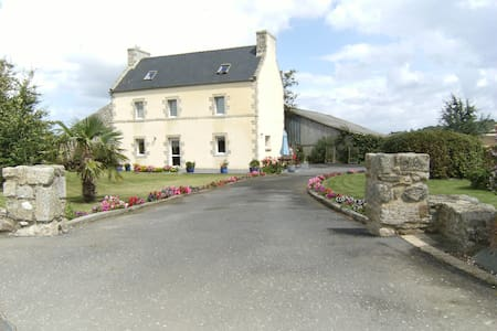 Grande maison à 2 km de la mer - Plounévez-Lochrist - Huis