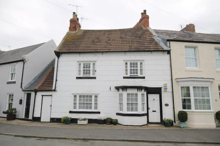Charming cottage in central sedgefield