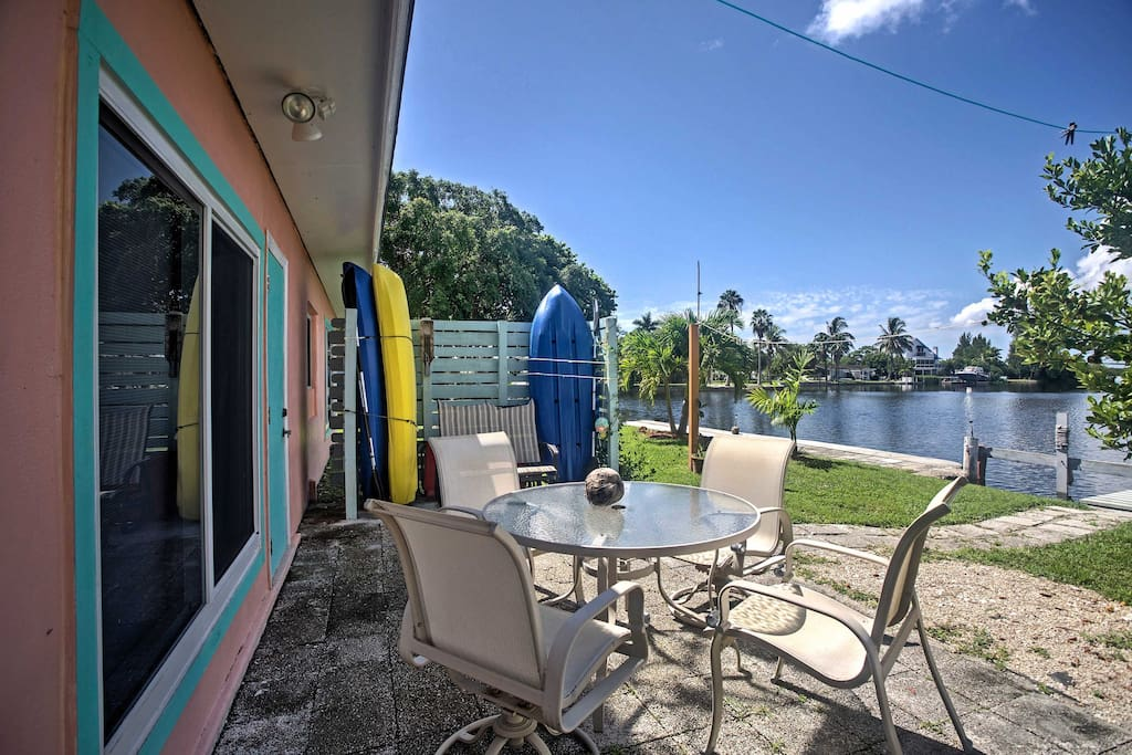 Experience everything that the Gulf of Mexico has to offer at this artsy 2-bedroom, 1-bathroom vacation rental house that is just south of the Matlacha Pass Aquatic Preserve.