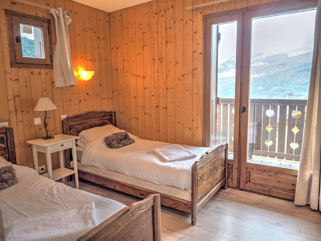 7p, 3 bedroom chalet with stunning views