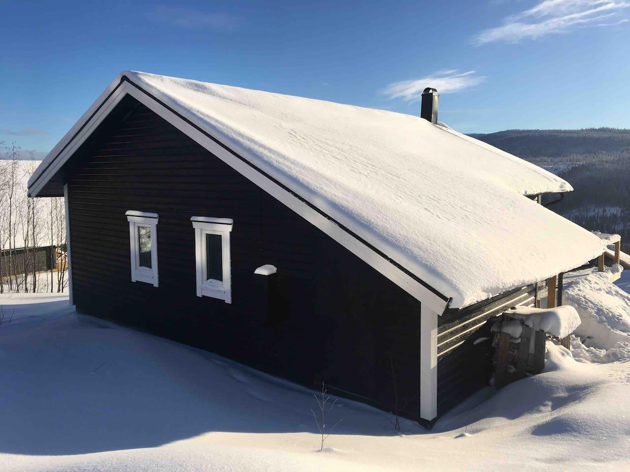 Baksidan mot Mullfjället, ca 70 meter till Gunnilliften. Går även att ta liften upp med längdskidorna kostnadsfritt