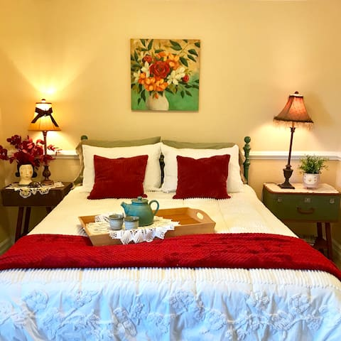 Clean Comfy Room in Artsy Home Near PDX Airport
