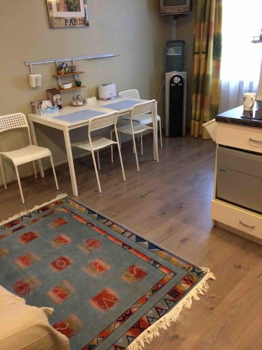 Кухня - гостиная. Пространство разделено на 3 зоны. Небольшое место для полноценного приготовления пищи, обеденная зона и зона отдыха с двумя дополнительными спальными местами.