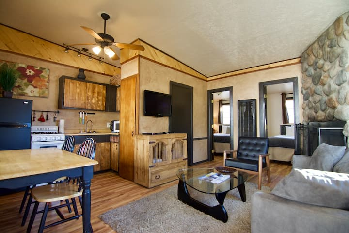 Adorable 2 Bedroom- Downtown Red River, Dogs OK!